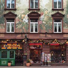 Maybe we stumble at some Santa helper...  Wish a wonderful new week!  #pfuellerkids #kinderwagen #strolling #spaziergang #spazieren #goodmorning #itsmonday #outandabout #christmas #christmastime #weihnachtszeit #weihnachten #adventzeit #facade #facadelovers #citylife #cityliving #instagram #instadaily #instalike #photo #photooftheday #foto #ilovefrankfurt #store #frankfurt