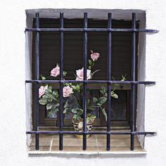 Descargar foto gratis de una rosas en una ventana con reja > http://imagenesgratis.eu/imagen-gratis-de-una-rosas-en-una-ventana-con-reja/