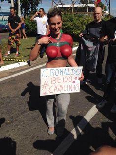 Brasileña semi desnuda le da la bienvenida a Cristiano