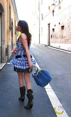 Borsa jeans, floreale con manici rigidi e tasca interna. Realizzata con tessuti vari riciclati e perline.  Floral jeans bag with rigid handles and interior pocket. Made with different fabrics and upcycled beads. Bolsa floral de vaqueros con asas rígidas y un bolsillo interior. Hecho con diferentes telas y perlas reciclados. Follow me on fb: https://www.facebook.com/MaliceCrafts/