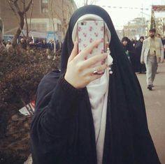 فلسفه الحجاب تقوم على اساس أن تغطي المرأه انوثتها وتبرز انسانيتها وأما فلسفه السفور فتقوم على العكس.