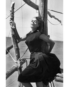 Les plus belles #photos des #archives de @parismatch_magazine #1956. L'actrice grecque #MelinaMercouri sur le…