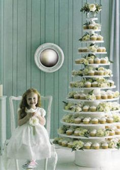 Wow, a volutuous cupcake display for a christmas wedding ? Let them eat cupcakes! Cupcake Tree, Cupcake Cakes, Large Cupcake, Cupcake Party, Noel Christmas, Christmas Wedding, Christmas Ideas, Christmas Decor, Tree Wedding
