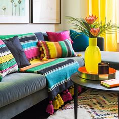 Summer Living Room Trends You Can't Miss Before The Season Ends Living Room Trends, Cozy Living Rooms, Living Room Designs, Living Room Decor, Mexican Living Rooms, Room Colors, House Colors, Victorian Home Decor, Mexican Home Decor