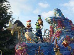 De parade is altijd weer leuk om te zien Goofy en Donald