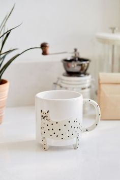 Schneeleopard Keramik Becher Snow leopard ceramic mug Ceramic Cups, Ceramic Pottery, Ceramic Art, Slab Pottery, Stoneware Mugs, Ceramic Design, Urban Outfitters, Home Decor Accessories, Decorative Accessories