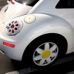 Daisy VW Beetle modification accessories - like the wheel trim Volkswagen New Beetle, Beetle Car, Volkswagen Golf, Pretty Cars, Cute Cars, Vans Vw, Hippie Car, Bug Car, Girly Car
