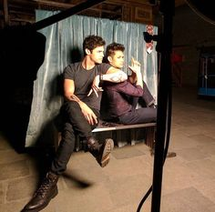 Getting pictures taken Malec♥️♥️ TMI Shadowhunters Tv Show, Shadowhunters The Mortal Instruments, Jace Lightwood, Magnus And Alec, Streaming Tv Shows, The Warlocks, Matthew Daddario, Fictional World, City Of Bones