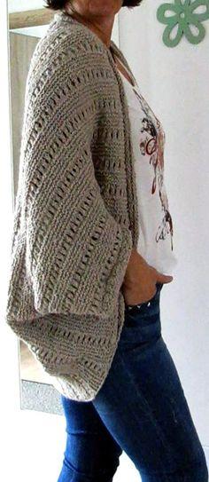 Strick gleich mit, denn diese luftig-leichte Jacke wird als Quadrat gestrickt und das schaffen auch Anfänger. Schnapp Dir gleich die Wolle und dann leg los.