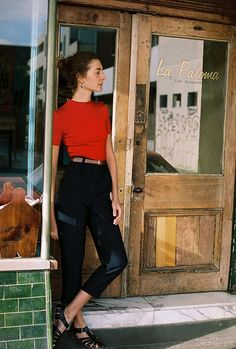 black high waist capri pants with red shirt Summer Outfits, Casual Outfits, Cute Outfits, Look Fashion, Fashion Outfits, Womens Fashion, Street Style Vintage, Illustration Mode, Hipster Grunge
