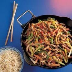 Wokret med kinesiske ægnudler med porre, peberfrugt, gulerødder, chili og skinkestrimler. Lækker wokret til aftensmaden. Klik her og se opskriften Asian Recipes, Ethnic Recipes, Wok, Japchae, Tapas, Chili, Pasta, Buffet, Chile
