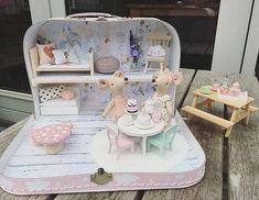 Poppenhuisje in een koffertje – Skattich - Modern Dollhouse, Diy Dollhouse, Dollhouse Miniatures, Homemade Dollhouse, Doll Furniture, Dollhouse Furniture, Diy For Kids, Crafts For Kids, Mini Doll House