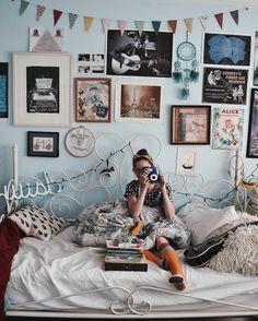 décoration chambre ado fille bohème, lit vintage, décoration murale de photos et d'affiches créatives