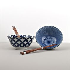 This set of bowls and chopsticks is perfect as a gift 🍜 It looks is elegantly wrapped in a black box👌🏻 Chopsticks, Black Box, Ikat, Bowl Set, Decorative Bowls, Japan, Blue, Gifts, Home Decor