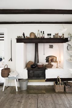 Rustic and cozy kitchen area with an old fireplace. Swedish Kitchen, Cozy Kitchen, Scandinavian Kitchen, Kitchen On A Budget, Rustic Kitchen, Scandinavian Style, Fireplace Hearth, Fireplace Remodel, Cuisines Design