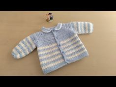 Crochet Designs Como hacer en crochet o ganchillo una chaqueta, chambrita, batita, saquito o campera para bebés de 0 y 1 mes de edad en punto arroz, combinando dos colores. Crochet Baby Jacket, Crochet Coat, Crochet Shirt, Crochet Bebe, Crochet Baby Clothes, Crochet For Boys, Easy Crochet, Knit Cardigan Pattern, Crochet Cardigan