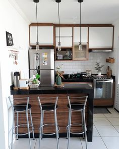 What do you think about this modern small kitchen design? Kitchen Room Design, Studio Kitchen, Modern Kitchen Design, Home Decor Kitchen, Interior Design Kitchen, Home Kitchens, Kitchen Walls, Kitchen Dining, Small Apartment Kitchen