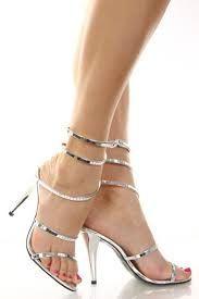 Las mujeres somos muy detallistas la hora de escoger nuestras sandalias y  somos más visulistas porque no sabemos cual comprar.Las sandalias plateadas  son u