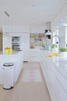 All white kitchen design Long Kitchen, Kitchen Living, New Kitchen, Kitchen Decor, White Gloss Kitchen, All White Kitchen, Glossy Kitchen, Modern Kitchen Design, Interior Design Kitchen