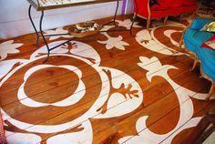 O estêncil pode ser aplicado em diferentes superfícies, até mesmo o piso pode ganhar uma nova cara com a pintura.