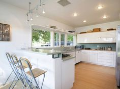 This Edward Larrabee Barnes designed house is currently on the market and is quite remarkable. Modern Homes For Sale, Cork Flooring, Built In Storage, Midcentury Modern, New England, Kitchen Cabinets, House Design, Windows, The Originals