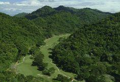 Relájate con un partido de golf en el medio de la selva tropical de Costa Rica. Los Suenos Marriott Ocean & Golf Resort