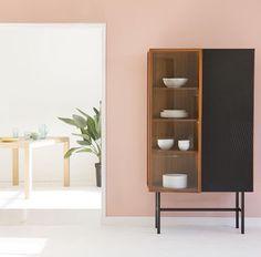 ESKYSS - vitriini #Habitat #vaaleanpunainen #seinä #maali #pinkki #kaappi #sisustus #olohuone #pähkinä