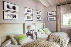 En una de las habitaciones para los huéspedes, dúo de camas con respaldo tapizado (Laura O), almohadones y colchas traídos de distintos viajes y fotos de María Giménez.  /Gentileza Sofía Oneto