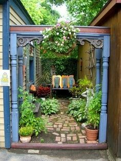 Love this little garden nook! side yard of Strega Nonna gives options to hang art objects, bird feeders and hanging plantings.