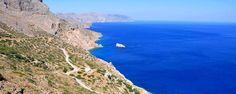 """L'île d'Amorgos fait partie des superbes bijoux des Cyclades, situés dans la mer Egée. Si l'île n'est pas connue pour être un gros spot de tourisme de masse, on a tous pu admirer sa beauté lors des scènes du film """" Le Grand Bleu """" tournées sur place en 1987 ! - #easyvoyage #easyvoyageurs #clubeasyvoyage #terresdevoyages #travel #traveler #traveling #travellovers #voyage #voyageur #holiday #holidaytravel #tourism #tourisme #grece #greece #mer #sea #ocean #ile #island #ileamorgos…"""