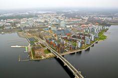 Tääsä kuvassa on Jyväskylän kaupunki ilmasta katsottuna. Niinkuin näette Jyväskylästä menee pitkä silta Päijänteen yli. Kirjoittanut Tiltu