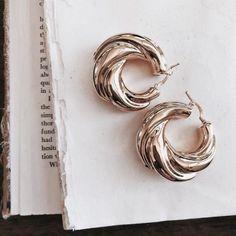 Large Gold Circle Drop Earrings - Big Hoop Earrings/ Sparkly Hoops/ Geometric Earrings/ Elegant Hoops/ Circle Earrings/ Gifts for Her - Fine Jewelry Ideas Circle Earrings, Gold Earrings, Gold Jewelry, Jewelery, Jewelry Accessories, Fine Jewelry, Jewelry Design, Drop Earrings, Jewelry Ideas