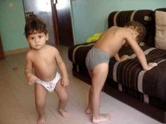 Enzo e Juninho dançando o CRÉU