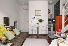 1. Grande demais, o sofá com chaise, que a moradora tinha, ocuparia muito espaço na sala. Os designers Patrícia Monteiro e Alex Geraldi sugeriram substituí-lo por um sofá-cama sem braços (Etna), que poupa espaço e ainda permite receber hóspedes. 2. Em frente à parede de 1,45 m de largura, a mesa lateral de 80 cm de diâmetro (Artefacto), acompanhada de cadeiras Victoria Ghost (Kartell), compôs o canto de refeições. Transparentes, os móveis deixam o visual leve. 3. Na cozinha, só caberia um…
