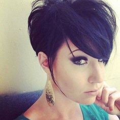 Le côté rock de cette jeune femme est mis en valeur par une coloration très foncée. Ses cheveux, assez longs sur le dessus de la tête et à l...