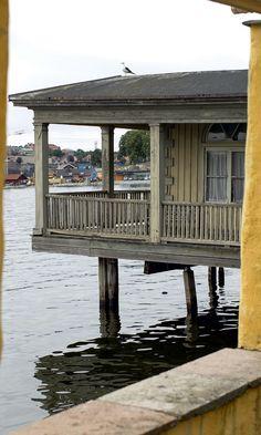 Maisema paviljongilta merenlahdelle muuttuu vuoden- ja vuorokaudenaikojen mukaan. Kesällä lahdella kulkevat veneet, talvipimeällä lahden toisella puolella kerrostalojen ikkunoista tuikkivat sadat valot.