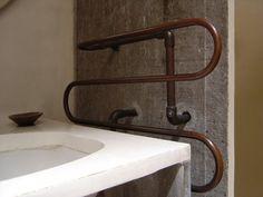 Tubulação de água quente aparente/ aquecedor toalha <3 by Paulo Mendes da Rocha