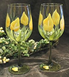 Hand Painted Wine Glasses (Set of - Yellow Calla Lily with Green Stem by SilkEleganceFlorals on Etsy Diy Wine Glasses, Decorated Wine Glasses, Hand Painted Wine Glasses, Wine Glass Crafts, Bottle Crafts, Bottle Painting, Bottle Art, Glass Painting Designs, Calla Lily