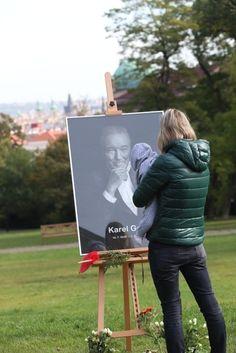 Pieta za Gotta na Žofíně: Skoro 50 tisíc lidí, předbíhající ministr i celebrity Karel Gott, Celebrity, Celebs, Famous People