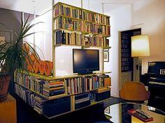 Ett annorlunda sätt att dela av sängutrymmet och få plats med tv:n