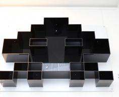 Cette étagère SPACE INVADERS tire son épingle du jeu. Elle apporte une touche de design humoristique à votre intérieur, sans oublier de reste…