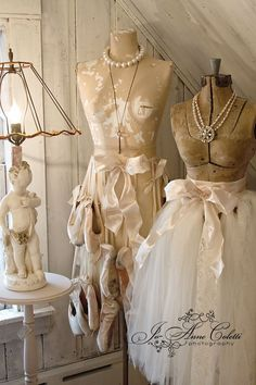 Pretty choices that scream shabby chic is here to stay Fur Vintage, Shabby Chic Vintage, Estilo Shabby Chic, Shabby Chic Decor, Vintage Ballet, Vintage Romance, Dress Form Mannequin, Vintage Mannequin, Mannequin Display