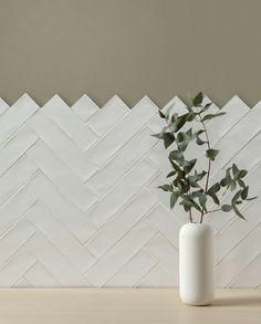 Bonheur white ceramic tiles from Artisans of Devizes. Simple white tiles in a herringbone pattern. Herringbone Wall Tile, Chevron Tile, Herringbone Pattern, Kitchen Splashback Tiles, Wall Tiles For Kitchen, Bathroom Wall Tiles, Bathroom Ideas, Glazed Ceramic Tile, Porcelain Wall Tiles