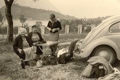Mit Oma und Tante Else am Vierwaldstätter See. Eine wohlverdiente Rast. Zum Glück lassen sich die Sitze im Volkswagen so einfach ausbauen.  Flohmarktfund