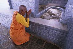 adams-peak-buddhist-monk-venerating-600