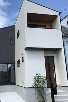 ホワイト×ブラックのモダンな2色の外壁に、バルコニーに施工した無垢杉材がアクセントになった落ち着きある外観です。#キノハウス#京都#注文住宅#家#myhome#自由設計#新築#新築一戸建て#おしゃれな家#デザイン住宅#家づくり#無垢材#建築#自然素材の家#マイホーム#木のぬくもり#住宅#外観#片流れ屋根#板張り Japanese Modern House, Black White Red, Coffee Shop, Facade, Exterior, House Design, Mansions, House Styles, Outdoor Decor