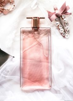 Perfume Scents, Perfume Bottles, Ariana Grande Perfume, Tout Rose, Perfume Packaging, Idole, Best Fragrances, Dolce E Gabbana, Perfume Collection