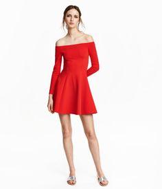 Off-Shoulder-Kleid aus festem Jersey mit leichtem Glanz. Modell mit langem Arm und glockigem Rock. Ungefüttert.