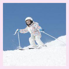 Erfahre hier, wo Kinder Skifahren lernen können und welche Ausstattung sie dafür benötigen.