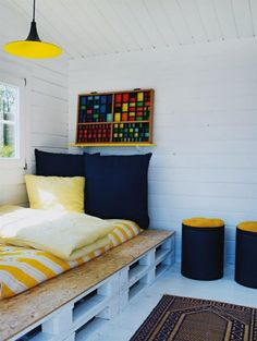 Europaletten Bett selber bauen – 30 Ideen für kostengünstige DIY-Möbel in Ihrem Schlafzimmer - coole möbel paletten bett farbgestaltung gelb sperrholzplatte